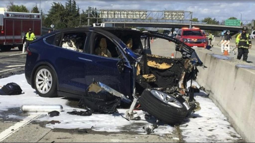 This Tesla, an SUV, caught fire after the crash. The authorities now investigate the role of the car's autopilot system during the accident. Photo: KTVU / AP / TT